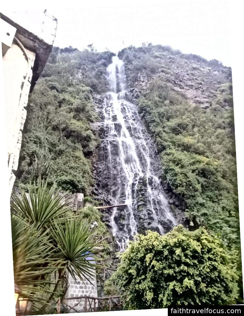 Các thác nước ăn vào bồn tắm.