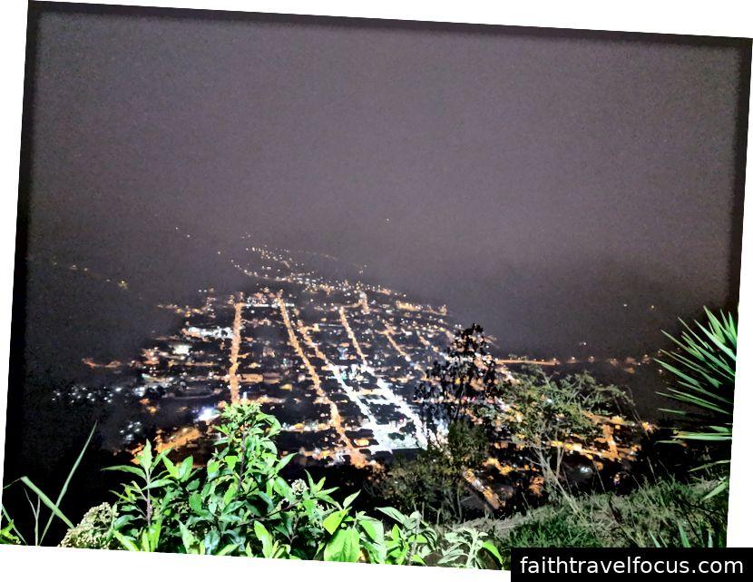 Khung cảnh thành phố trong một đêm nhiều mây.