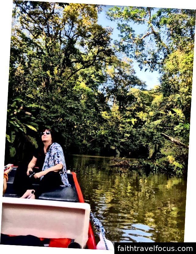 Giáo sư Michelle Bezanson, Trưởng phòng Nhân chủng học tại SCU và là người bạn thân của Modesto, đang tận hưởng cuộc sống hoang dã trong chuyến du lịch trên sông.