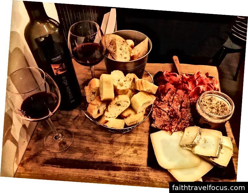 Le meilleur charcuterie, fromage, rillete, đau, et vin