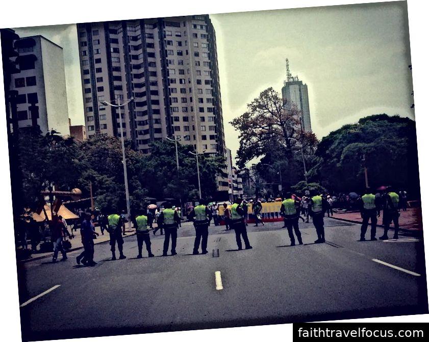 Cảnh sát giám sát các giáo viên tuần hành