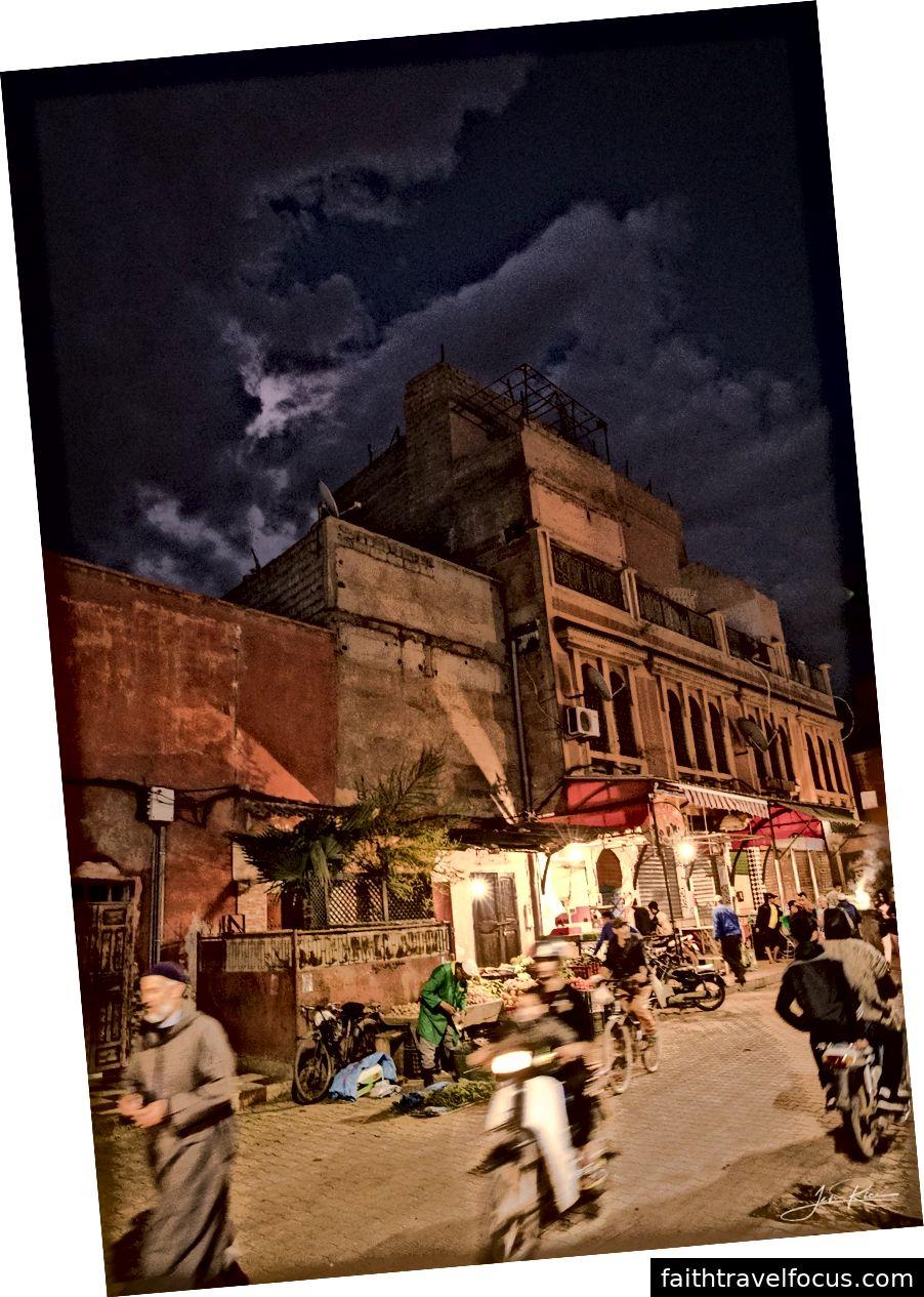 Một khu dân cư điển hình của thành phố Marrakech vào ban đêm