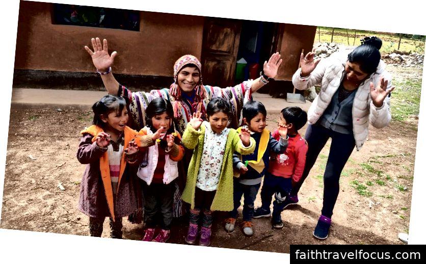 Chúng tôi đến thăm một trường học địa phương ở Thung lũng linh thiêng, Peru