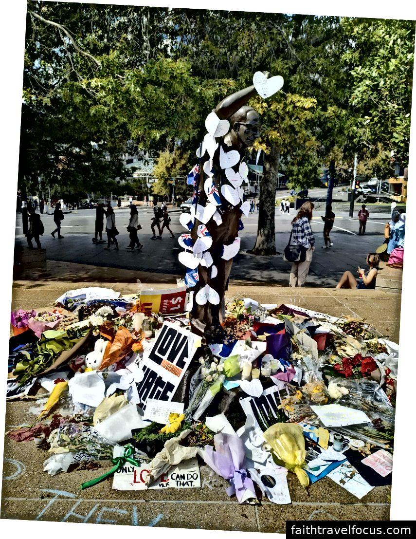 Một bức tượng phủ đầy hoa và ghi chú trong ký ức của các nạn nhân của Nhà thờ Hồi giáo ở thành phố Christchurch