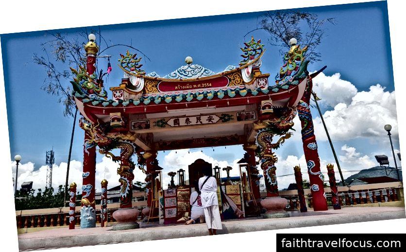 Tham quan một ngôi chùa Phật giáo Trung Quốc trong Lễ hội chay