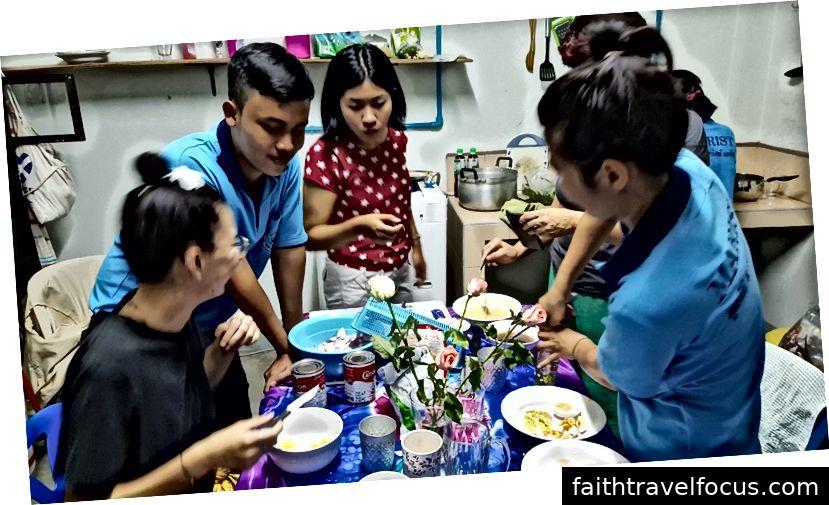 Học nấu món ăn địa phương với đồng nghiệp
