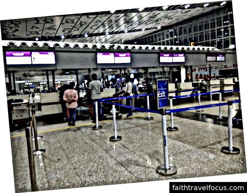 Quầy làm thủ tục mở khoảng 3 giờ trước chuyến bay của bạn