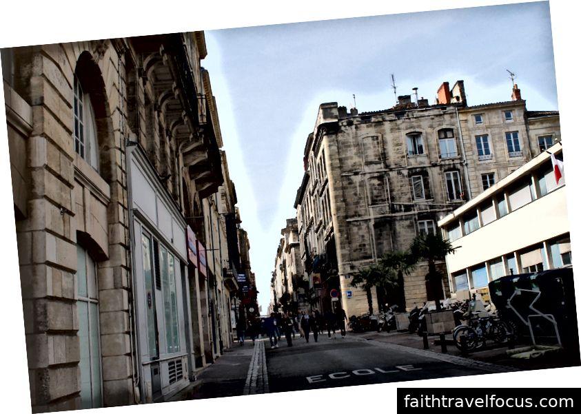 Nhìn đài phun nước từ hướng khác. Một con đường ở Bordeaux.