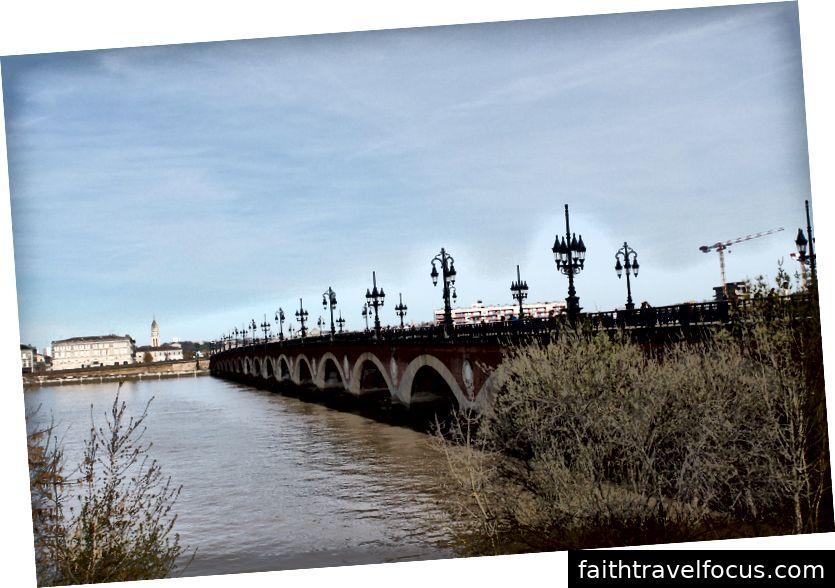 Một đài tưởng niệm. Một cây cầu.