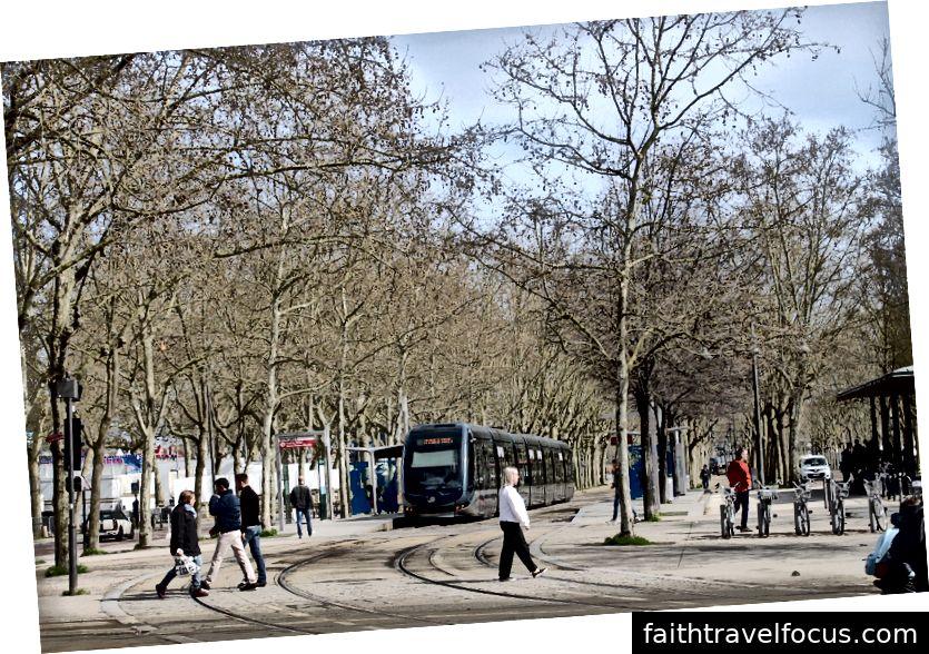 Các tòa nhà nằm dọc theo bờ sông của Garonne. Đường xe điện.