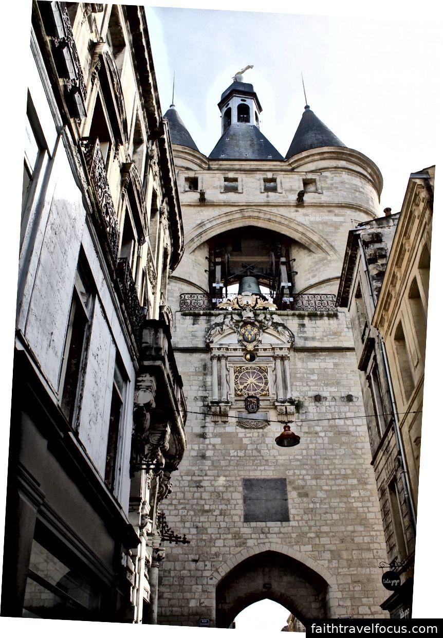 Một kiến trúc giống như lâu đài.