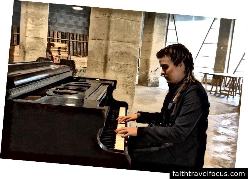 Tôi đã thử đàn piano, chơi bài hát duy nhất tôi mơ hồ nhớ.