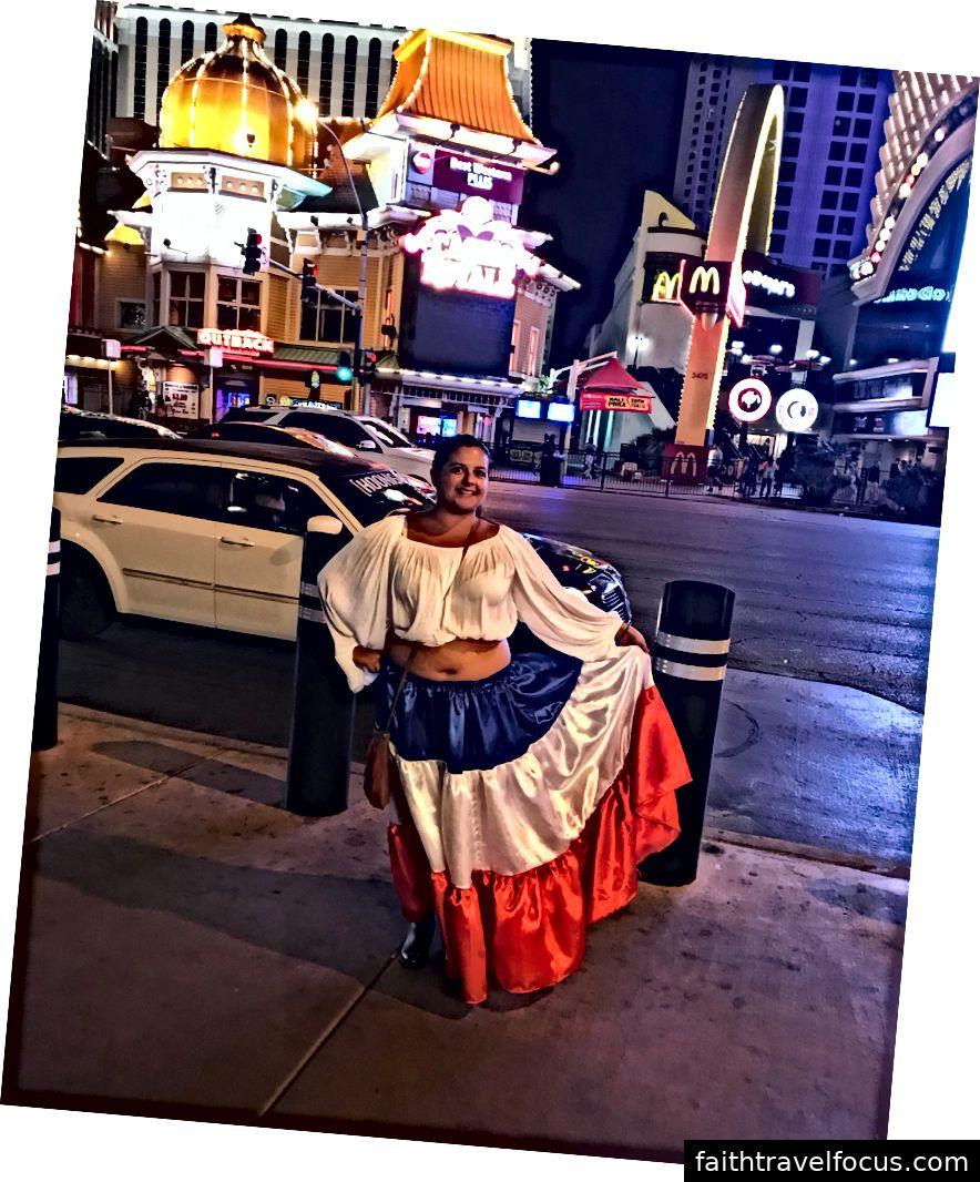 Mặc trang phục truyền thống của người Costa Rica vào tối thứ bảy.