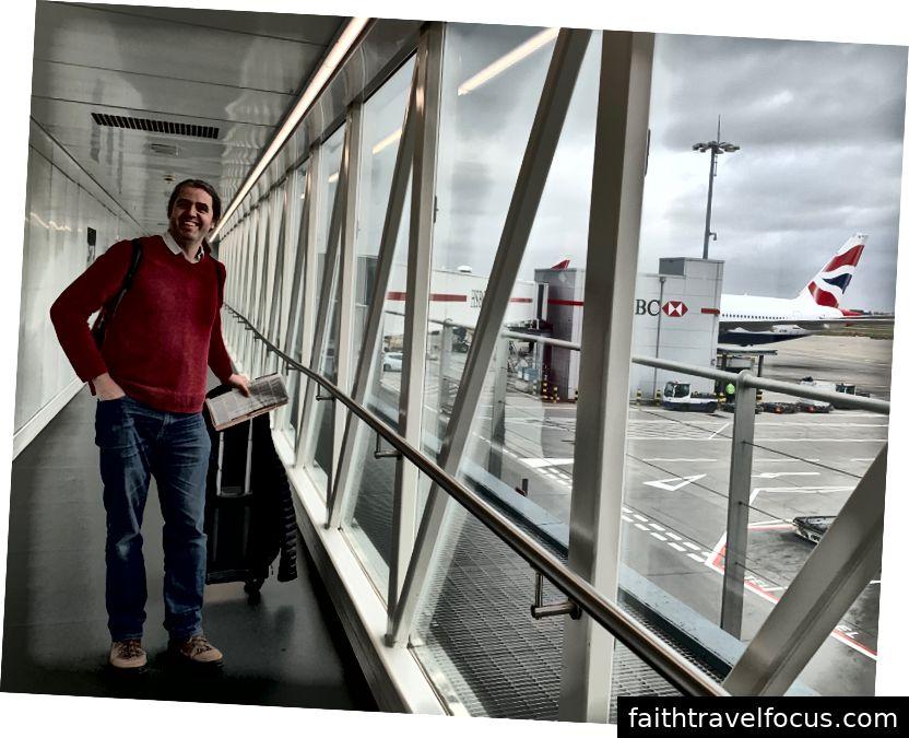 Selfie tại sân bay - lưu ý thời gian ở trên cùng của hình ảnh (9:10), cổng đóng lại lúc 9:20 và chúng tôi không nhận ra rằng tại thời điểm này, cổng là một chuyến tàu ngắn. Tôi cũng cần mua pin cho tai nghe của tôi. chúng tôi đã làm cho nó.