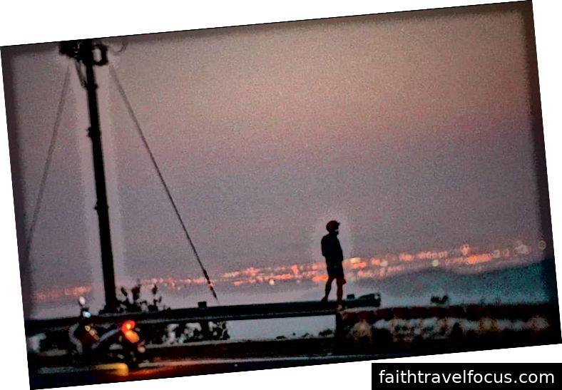 Trên đỉnh đèo Hải Vân vào giờ vàng. (Tôi năm 2019)