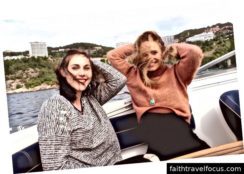 Soninke (trái) và Oda (phải) bị cuốn vào những cơn gió hoang dã ở Na Uy, ngoài khơi bờ biển Bergen. Bởi Beces Tungodden