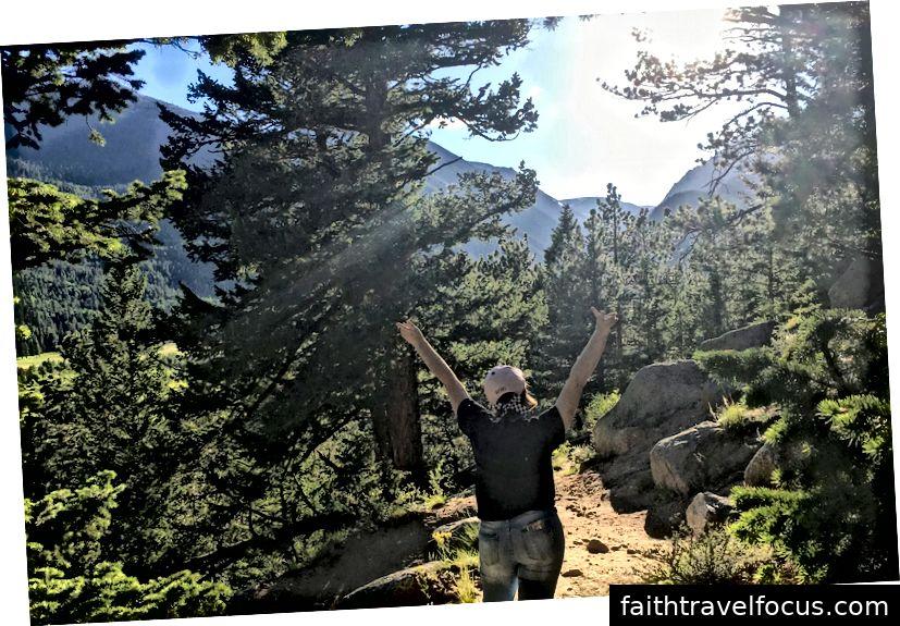Đi bộ lên một trong những Mt. Phạm vi tại Công viên Quốc gia Núi Rocky. Ảnh chụp bởi mẹ tôi.
