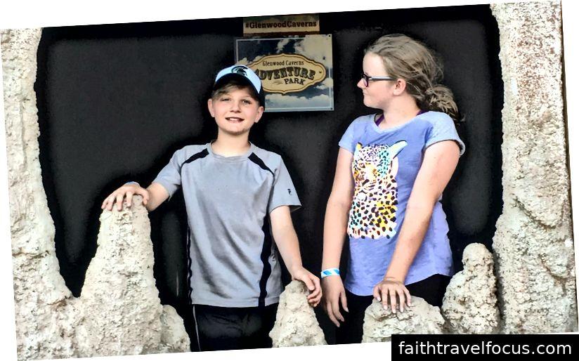 Em trai và em họ của tôi chụp ảnh tại Công viên Phiêu lưu Glenwood Caverns ở Glenwood Springs, Colorado. Ảnh của Alexis Chaffin.