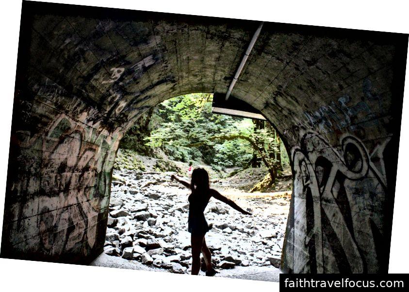 Một đường hầm từ đường sắt có hình ảnh của chính nhiếp ảnh gia (Hannah Walsh).