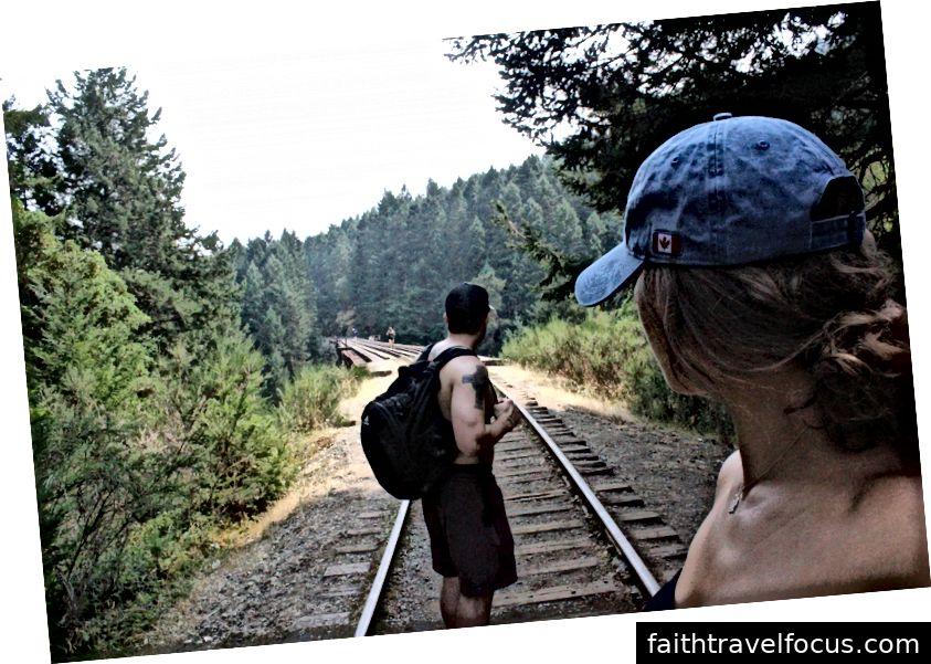 Đường sắt để đến thác là khoảng 45 phút đi bộ. Bức ảnh này cho thấy chỉ là một phần của đường ray xe lửa dài.