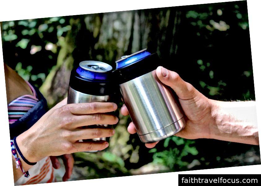 Hai người đi bộ chia sẻ một ly bia lạnh tuyệt vời để giải khát. Những người đi bộ đang mất kiên nhẫn để xem thác nước.