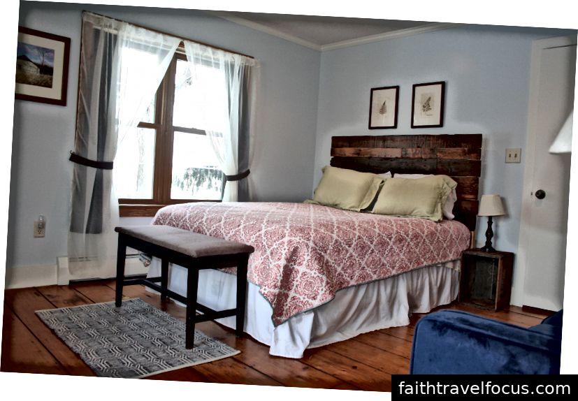 Giường cỡ Queen, khăn trải thêm, rèm che nắng, ghế sofa ngủ, tủ lạnh / tủ đông nhỏ và máy pha cà phê mini đang chờ đón bạn!