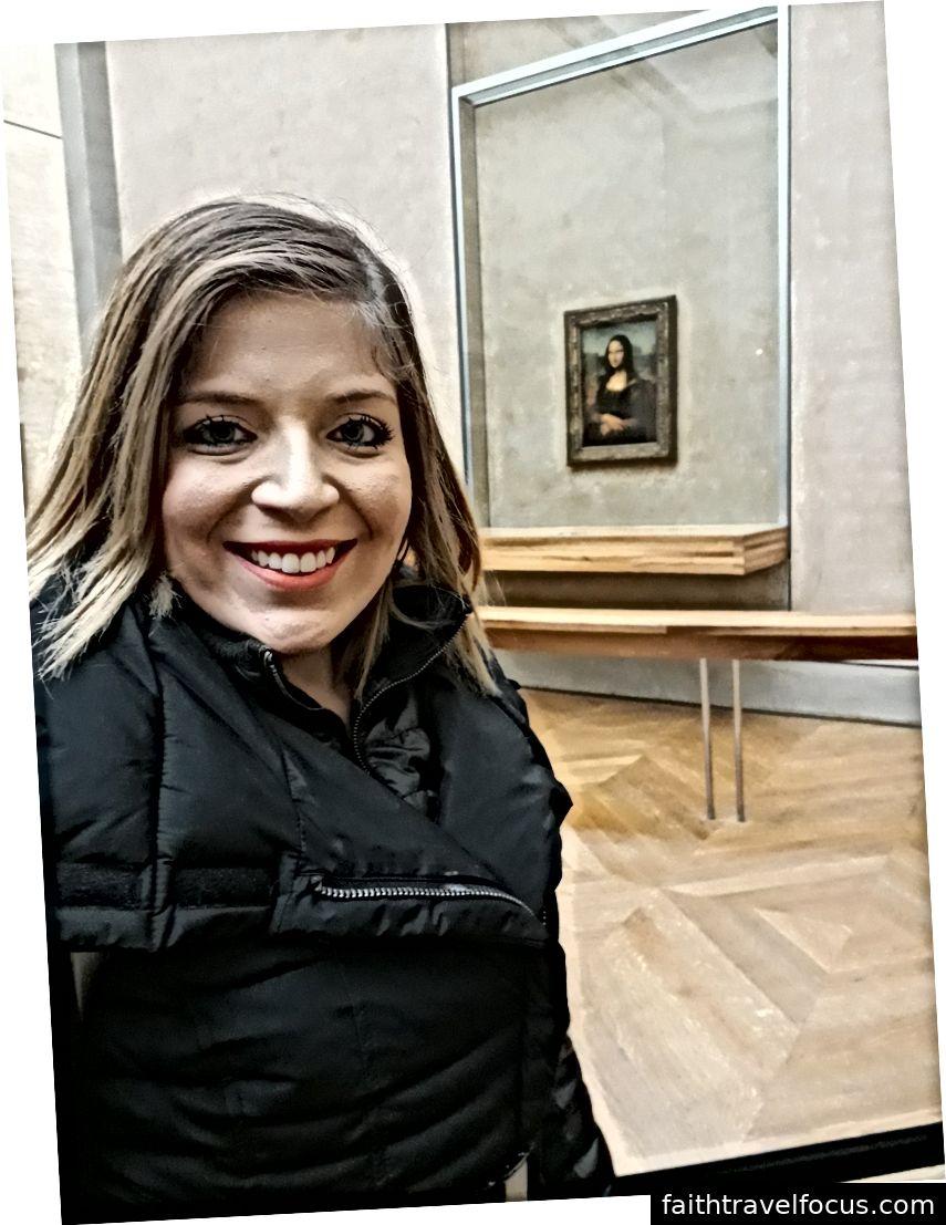 Tôi chụp bức ảnh này bên trong bảo tàng Louvre. Trong nền là Monalisa. Bức ảnh này thể hiện cuộc chinh phục đầu tiên của tôi khi trưởng thành, một lần tôi đã tiết kiệm tiền cả năm để thực hiện giấc mơ đến thăm Paris, Milan và Rome mà không cần bất kỳ sự trợ giúp tài chính nào
