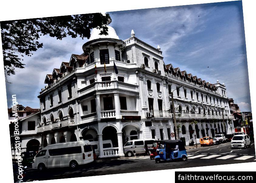 Một khách sạn thuộc địa cổ điển trong khu phố cổ của trung tâm thành phố Kandy