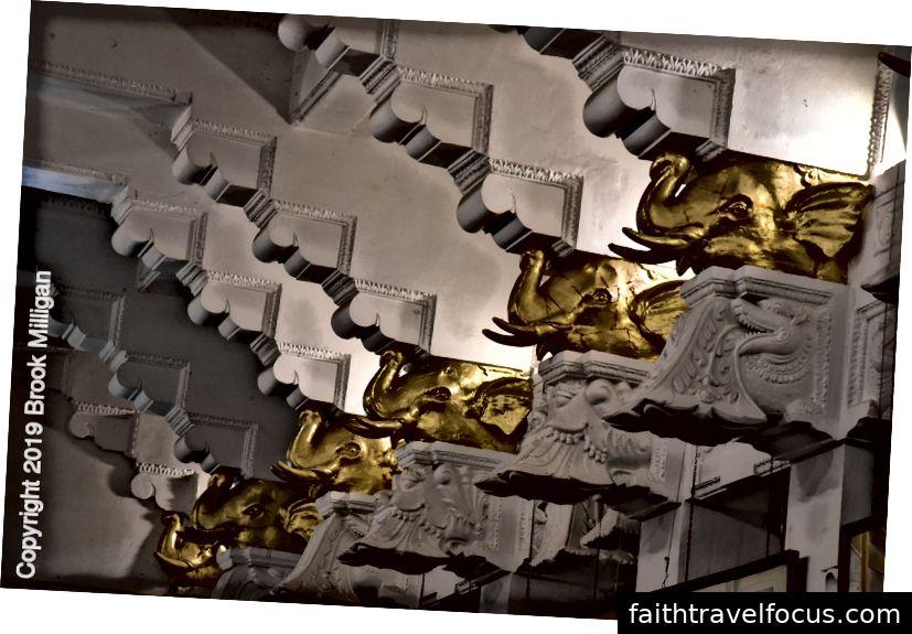 Trang trí voi vàng trong chùa