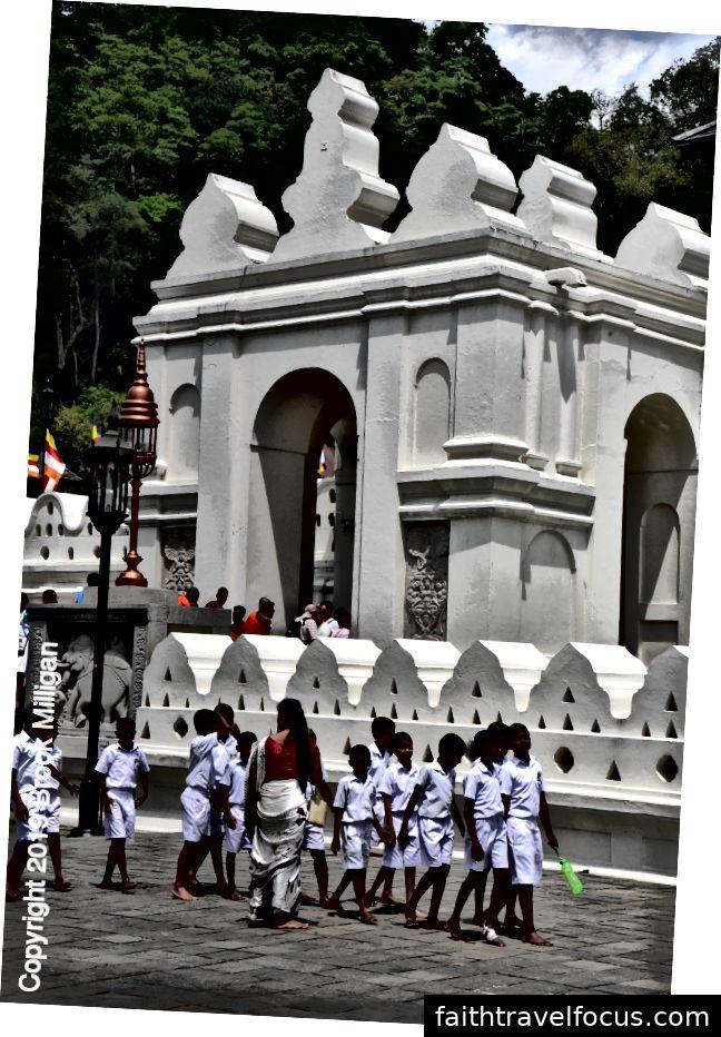 Ở mọi nơi chúng tôi đã đến, chúng tôi thấy các nhóm trường. Luôn luôn mặc đồng phục màu trắng của họ.