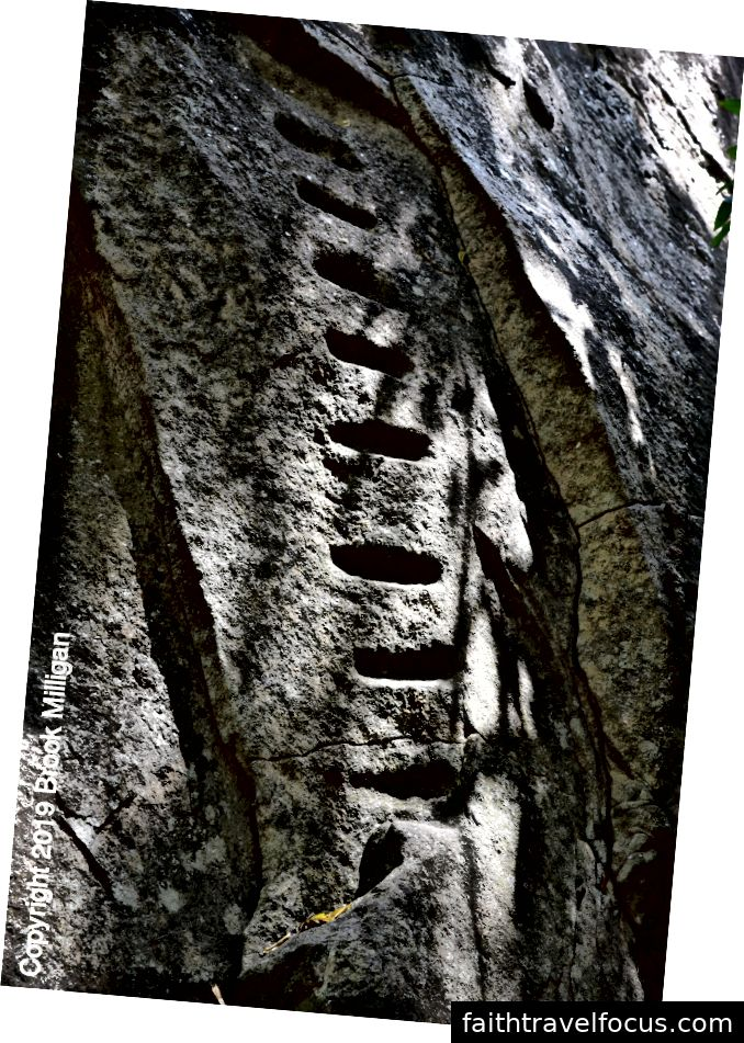 Những bàn chân này chứng thực cho việc sử dụng cổ xưa của loại đá này. Chúng tôi leo lên những bậc thang trên đường lên.