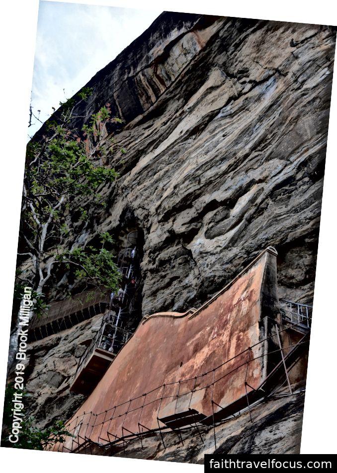 Ở giữa tảng đá, có một cầu thang xoắn ốc dẫn lên từ tuyến đường chính đến một phòng trưng bày có mái che trong mặt đá tuyệt đối đến những bức bích họa của phụ nữ. Trước khi đi đường vòng, bạn có thể thấy Mirror Wall nơi những bức tranh graffiti cổ còn sót lại về những bức bích họa.