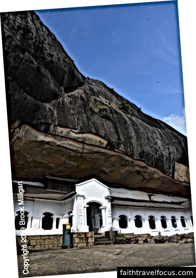 Mặt đá dốc xác định các hang động
