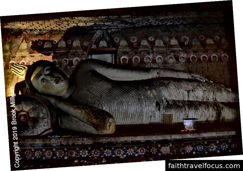 Hang đầu tiên có tượng Phật nằm dài 15 m