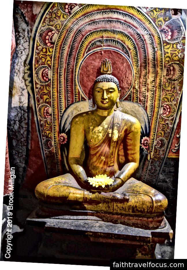 Đức Phật chính trong hang động này từng được cho là được bao phủ trong lá vàng
