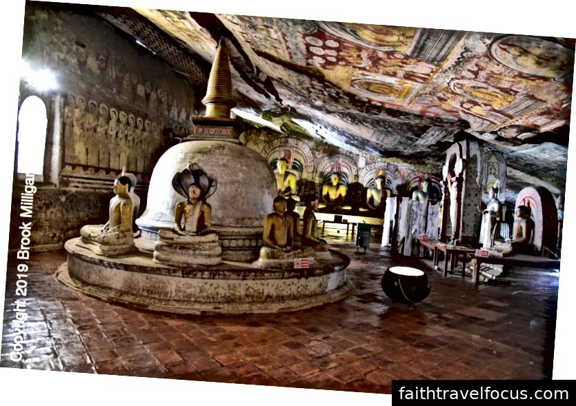 Hang IV với một vị Phật ngồi dưới nền và một bảo tháp nhỏ