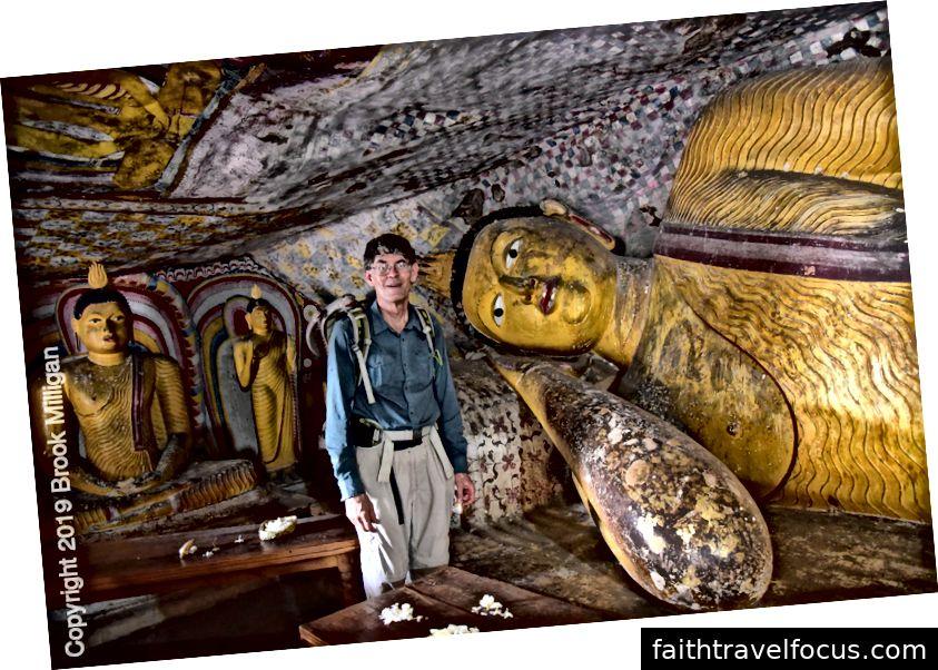 Cave V có tượng Phật nằm. Các vị thần Hindu, bao gồm Kataragama và Vishnu cũng có mặt.
