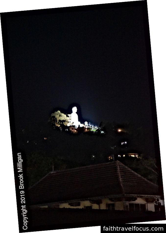 Đức Phật trắng bên ngoài Kandy thắp sáng vào ban đêm