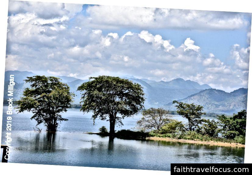 Hồ chứa Uda Walawe với Đồng bằng Horton và Thế giới cuối cùng ở xa