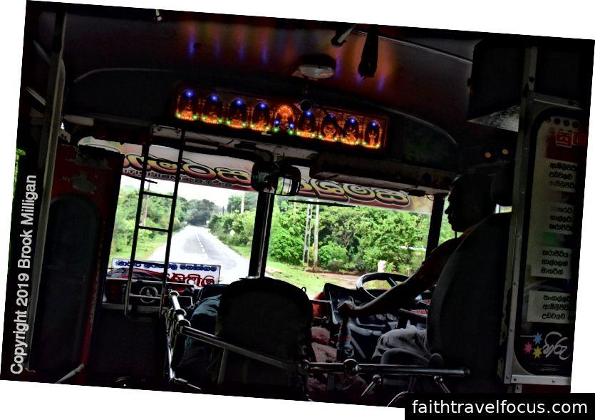Xe buýt chúng tôi đạp xe từ Uda Walawe đến bãi biển. Chú ý tượng phật neon ở phía trước
