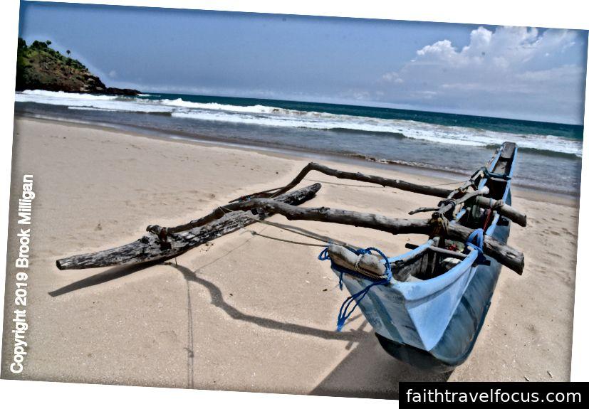 Thuyền đánh cá trên bãi biển ở Tangalla