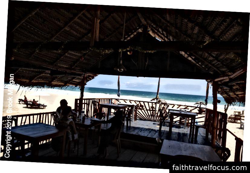 Nhà hàng hải sản nơi chúng tôi ăn trưa trên bãi biển
