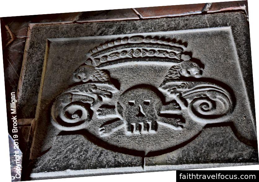 Một trong những viên đá mộ trên sàn nhà