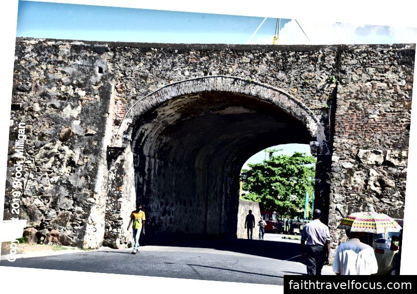 Một trong những cánh cổng trên tường ở Galle