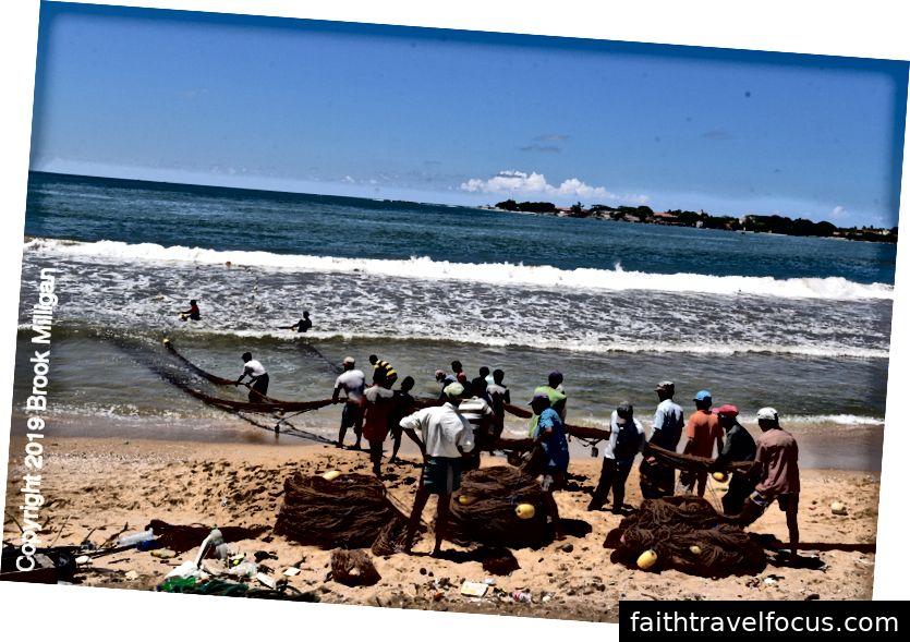 Ngư dân mang lưới đầy cá