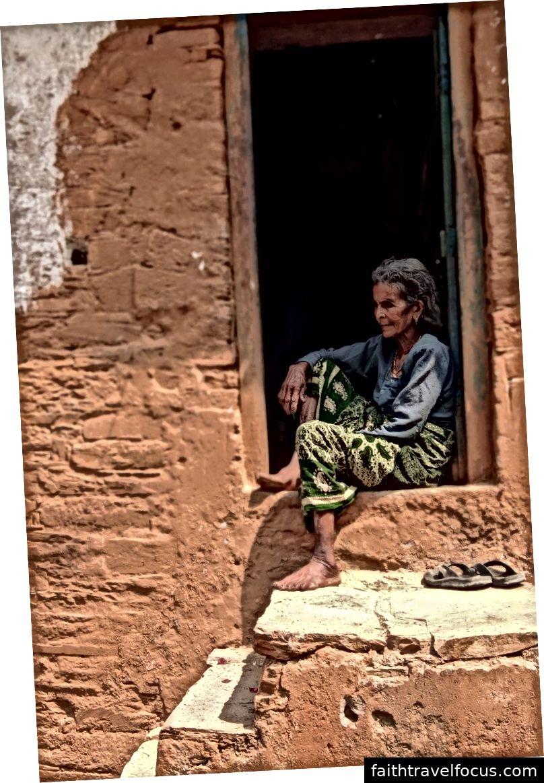 Một người phụ nữ đã sống cả đời ở ngôi làng của mình trong thung lũng sông và không thể nghĩ đến việc chuyển đến một nơi khác ở giai đoạn sau của cuộc đời / Ảnh của Ajay Singh Karki