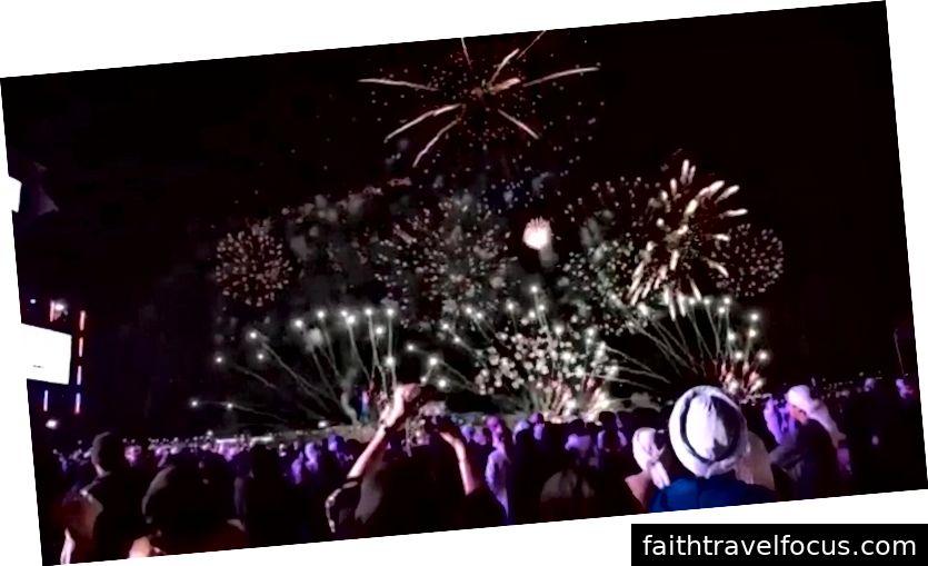 Mọi người thích xem pháo hoa trong lễ hội.