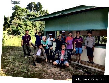 Đội tình nguyện Light Up Borneo NGO.