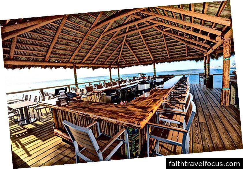 Các nhà hàng trên bãi biển ca cao trên mặt nước tại Westgate