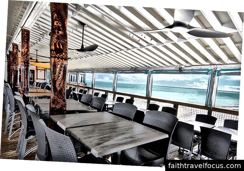 Nhà hàng trên bãi biển ca cao trên mặt nước • Boardwalk Bar